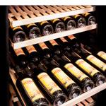 горизонтальное расположение бутылок на полке фото